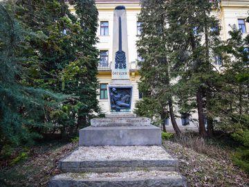 Őrtüzek - emlékmű a Soproni Egyetem botanikus kertjében