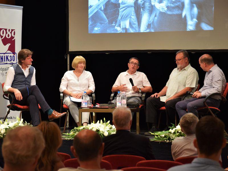 Szabadtéri kiállítás és kerekasztal-beszélgetés az egykori szervezőkkel
