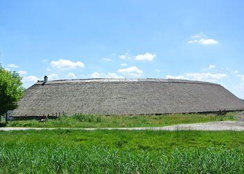 hidi-major nádtetős épület