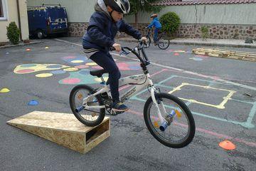 Kerékpáros ügyességi pálya a petőházi iskolában.