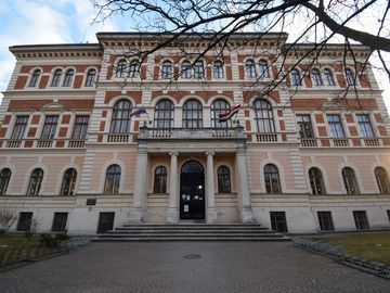 VIII. szavazókör: az egykori Felsőbb Leányiskola a Deák téren (ma az Alkalmazott Művészeti Intézet épülete)