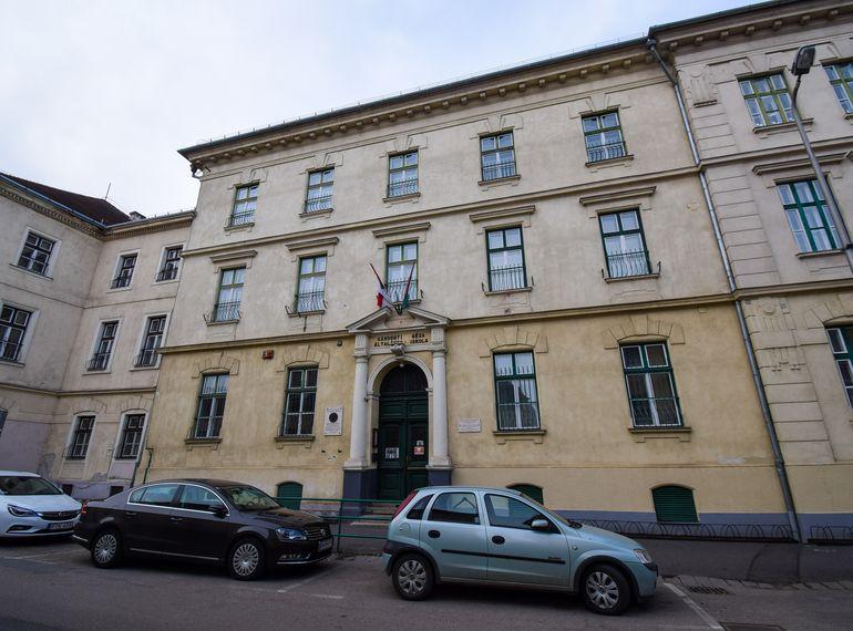V. szavazókör: az irgalmas nővérek egykori rendházának épülete a Ferenczy János utcában (ma Gárdonyi Géza Általános Iskola)