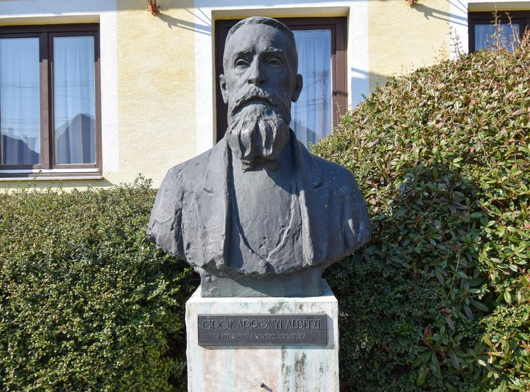 Balf - Gróf Apponyi Albert szobra