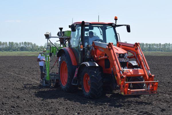 Vetőgépeinket a Kubota M9540 és Kubota M135GX-II, valamint Kubota M110GX-II típusú, robotpilóta vezérlésű traktorainkkal vontatjuk és vezéreljük.