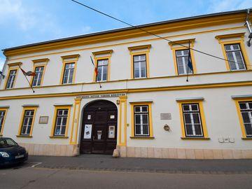 II. szavazókör: egykori kereskedelmi iskola épülete a Pócsi utcában (ma Széchenyi István Városi Könyvtár)