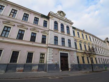 A soproni volt magyar királyi Zrínyi Ilona Honvéd Tiszti Leánynevelő Intézet épülete, a végeredmény kihirdetésének helyszíne