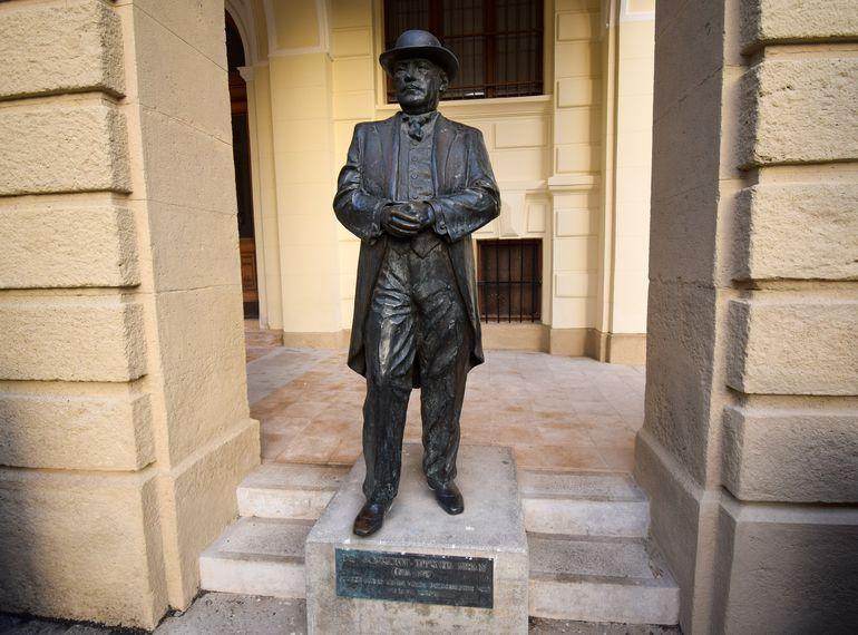 Sopronyi-Thurner Mihály szobra a soproni városháza előtt
